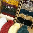 Brrrr il fait froid ! C'est le moment de sortir headbands et bonnets en laine ! Ceux de @ylle.faitmain sont en laine upcyclée (récupérée de vieux pulls, nettoyée puis remise en pelotte pour être retricotée) et fabriqués dans l'atelier lyonnais d'Anaïs ! Retrouvez tout un choix de coloris de headbands pour adulte à L'effet canopée et au Bruit du bonheur vous trouverez aussi des headbands et bonnets pour enfant de 6 mois à 6 ans ☺